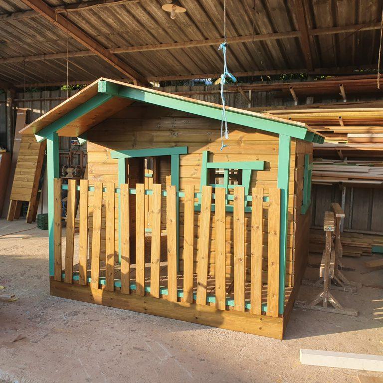 בניית בית עץ לילדים בתהליך בסדנא