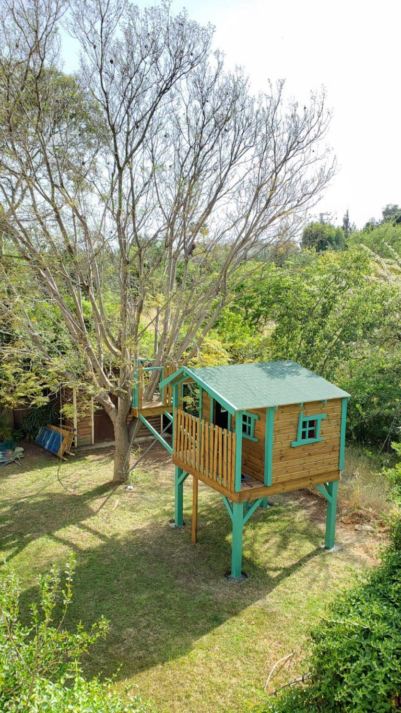 בית עץ לילדים בתהליך התקנה