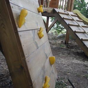 קיר טיפוס לחצר