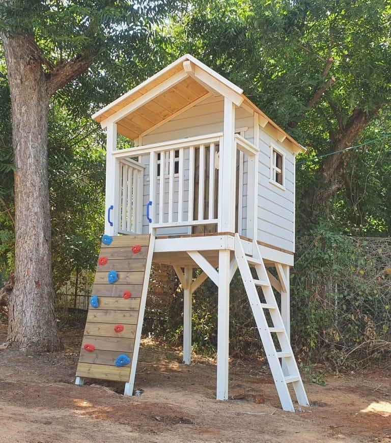 בית עץ לילדים עם קיר טיפוס