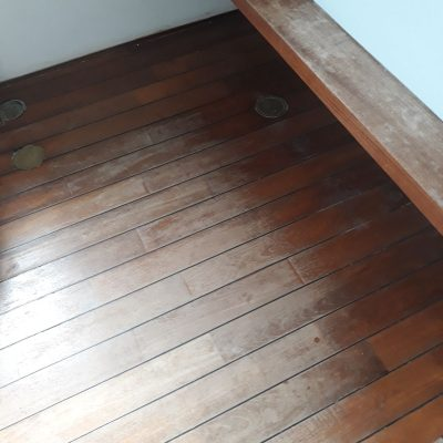 חידוש פרקט - רצפת טיק בחדר רחצה-לפני חידוש
