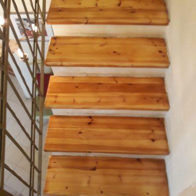 חידוש מדרגות עץ - מדרגות מעץ אורן אחרי חידוש