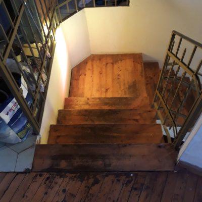 חידוש פרקט - רצפת עץ אורן ומדרגות לפני טיפול